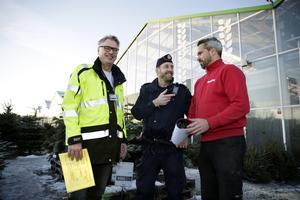 Södertälje kommuns säkerhetssamordnare Michael McCarthy lämnar över ett diplom med kommunpolis Mikael Alfredsson till Plantagens butikschef Jonas Bäckström.