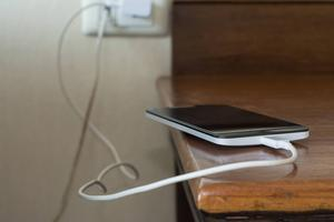 Ladda telefonen så ofta du kan. Liksom andra batteridrivna produkter mår den bäst av att aldrig gå under 60 procents laddningsnivå. Foto: Shutterstock