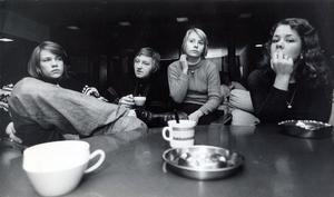 Fritidsgården på Bjurhovda i januari 1974. Från vänster: Peter Gustavsson, Leif Fredriksson, Margareta Pettersson och Åsa Larsson.