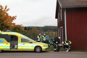 Bilen körde in i gaveln på byggnaden i Ås och kastades sedan 25 meter längre bort.