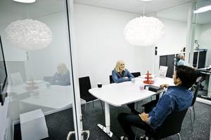 Fick fast jobb. Praktik är en chans att få visa upp sig och kunna konkurrera med de som har mer erfarenhet                     på arbetsmarknaden, säger Hanna Vesterberg, 24 år. Här pratar hon med JSA:s vd Johan Sjöstedt.Foto: Lennart Lundkvist