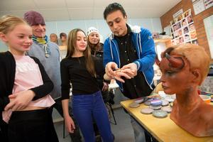 Läraren Belgarion Dulan visar hur sminkning kan gå till.