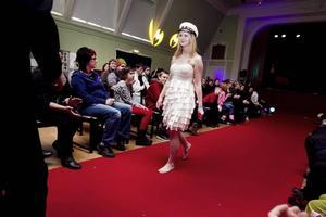 Evelina Lindqvist går inte på gymnasiesärskolan utan på estetprogrammet, men hjälpte till vid modevisningen.