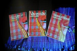 Böcker på tre språk. Ett tecken på hur stor vävkonstnärinnan Malin Selander var internationellt. Foto: Åsa Eriksson.