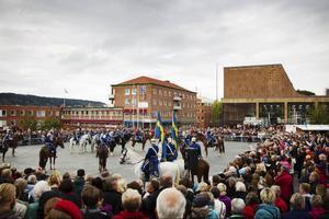 Stortorget var fullt av folk när Livgardets dragonmusikkår uppträdde