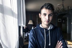 Moaz är en 21-årig universitetsstudent från miljonstaden Damaskus. När kriget tar slut vill han hem till Syrien.