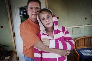 """Claudia skadas när hon och hennes pappa Stephen åkte rutschkana på Storsjöbadet. """"Jag har bilden i mitt huvud när jag finns bakom henne och pressade ner henne med mina 90 kilo. Jag kunde inte göra något. Jag trodde hon skulle bryta nacken"""", berättar Stephen."""