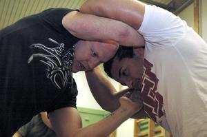 Göran Johansson och Ako Kiyani deltog under seminariet i brasiliansk jiujitsu. Här tränar de ett av de grepp som Anders Heydorn lärde ut.Bild: annika nygren-berg