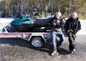 """Jonatan Olofsson och Mattias Prestberg tycker inte att de gör något fel när de kör skoter på öppet vatten. """"Visst innebär det vissa risker, men det är inte olagligt"""", säger de."""