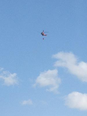 Helikopter på väg med vatten för att släcka branden //Monica Norrgård