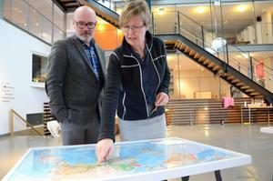 Flykt. En världskarta och frågan: Om det blir krig i Norden och du måste fly, vart flyr du? Ola Ström och Anna Henriksen diskuterar detta.