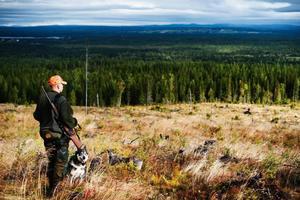 Någonstans därute finns det en älg som kan bli nästa byte för Rolf Henriksson och hans hund.
