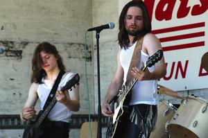 Rebel. Två av musikerna i Rebel States bjöd på hårdkokta toner. Foto:Berndt Norberg