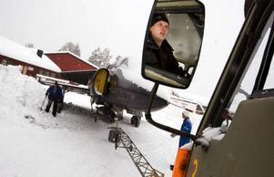 I en liten gammal lastbil backar Per Björkvist ut Viggen.