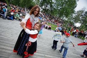 Karin Hildingsson dansar med dottern Liv Jonsdotter.