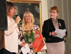 Hallstahammars näringslivschef Madeleine Ahlqvist, bloggaren Mirelle Stoor och landshövding Minoo Akhtarzand.