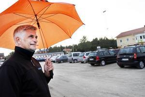 KONTROLLANT. Kjell Hammarström kontrollerar vinstbrickorna. Han är en av många frivilliga under bingon på Forsbacka IP.