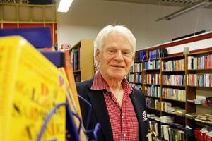 """Ingvar Hedling, ordförande för Bomhus Rödakorskrets, handlar gärna i second handbutiken. """"Här kan man verkligen göra fynd"""", säger han."""