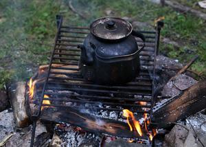 En del av tjusningen med westernlivet på Mosskrikens indian- och vildmarkscamp är att få sova i tipi-tält och laga mat och koka kaffe över öppen eld.