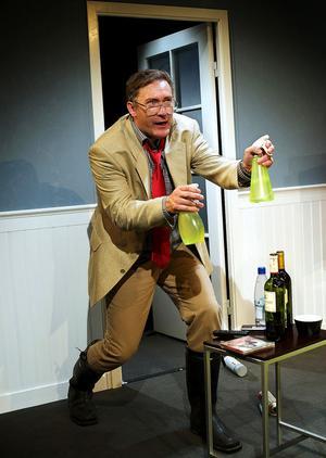 Iso Porovic som Robert i Färdknäpp när radhuspaniken slår till som värst.