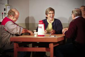 Fackklubben är i chock efter nerläggningsbeskedet och känslorna pendlar. Karaktären Barbro, spelad av Annette Hedman, ser nerläggningen som en befrielse för den lilla bruksorten. T.v. sitter Jörgen, spelad av Ronnie Bäcklin.