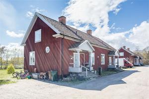 Den charmiga 1920-talsvillan i Bomhus har hela nio rum.