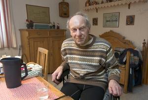 Lennart Eriksson fick diagnosen Parkinson sjukdom 2005. Han har fått bra hjälp i Norrtälje, men nu lägger avdelning där ner.