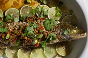 Hjälmaren möter Asien i denna sesambakade gös med kryddig dressing.