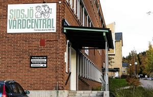 Nu hoppas vi på en skyndsam utredning om listningskö så att inte en av länets mest populära vårdcentraler måste stänga, skriver Vårdalliansen.