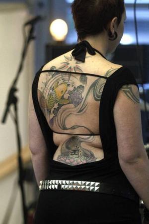 väldekorerad. Mia Landström har ryggen smyckad med slingrande tatueringar.