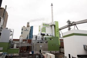 Från utsidan börjar det nya kraftverket se klart ut. I den grönvita byggnaden finns den nya biopannan, det gröna huset till höger rymmer rökgaskondenseringen och i det gröna huset till vänster samlas flygaskan.
