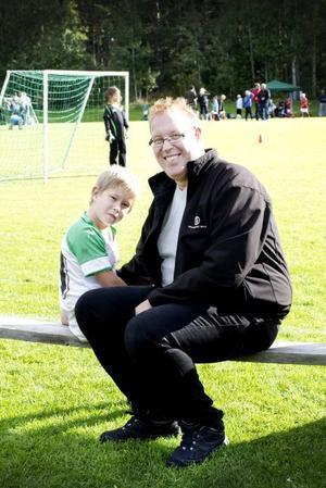 """IDROTTSFAMILJ. Peter Kärnström är Sandvikens """"borgmästare"""" sedan 1 januari 2008. Fritiden delar han gärna med sönerna Sigge (på bilden) och Sixten. Just nu handlar det mycket om fotboll, bandy, innebandy och orientering."""