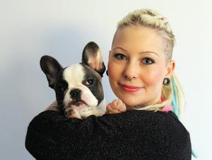Anna Hansson, här med hunden Dolly, är utbildad lärare och det ligger i botten för hennes intresse av att skriva lättläst-böcker.