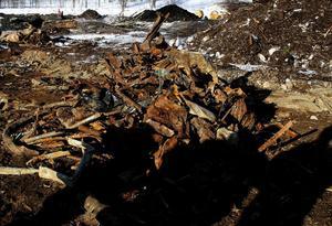 Till och med en hel bil hittades nedgrävd, även om den vid uppgrävningen förlorade sin ursprungliga form.
