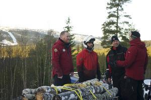 Pierre Sandberg, Robert Staven, Johan Utas och Øyvind Hegle diskuterar hur man bäst transporterar tung last med skoter.