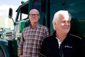 Roger Blom och Christer Steingruber framför en av företaget första lastbilar, en Scania från 1955. Samma år startade Christers pappa Ernst Express.