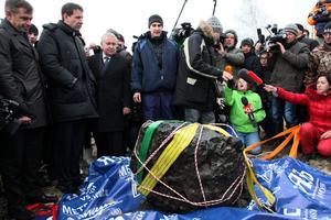 Över tusen personer skadades i februari i fjol när en meteorid exploderade på nästan 30 kilometers höjd och orsakade en tryckvåg som fyllde ryska miljonstaden Tjeljabinsks gator med splitter från krossade fönsterrutor. Det här fragmentet av rymdstenen som hittades i en sjö senare väger nästan 600 kilo.