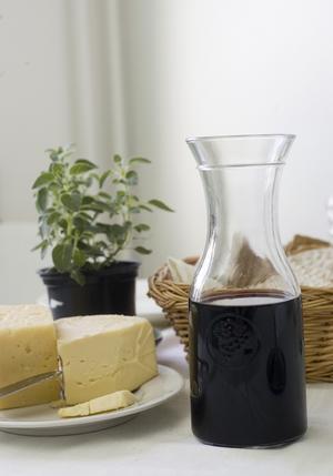 De flesta viner vinner på att luftas ett tag i en karaff. Syret i luften gör att vinet blir mjukare och att aromerna accentueras.