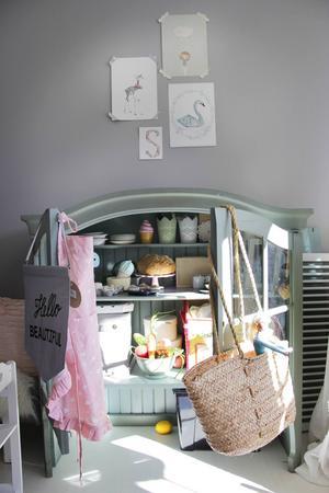 I Sigrids rum står ett loppisfyndat överskåp som Sofie gjort om till ett litet café.