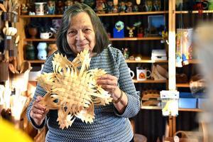 Joanna visar upp hantverk hon arbetat med i hemslöjdsbutiken Myran.