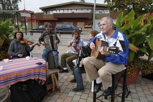 Lokala musikanter spred stämning på torget i Delsbo.