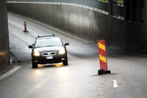 Trafikverket och Peab jobbar för fullt med att hitta en lösning på problemen med tunneln under Ådalsbanan. Bilisterna får köra försiktigt så att inte bilarna skadas i vägbulorna.