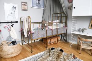 Den antika järnsängen i Eddas rum är en av Elins egna favoriter. Med en sänghimmel och ett hemmasytt spjälskydd blev den en ombonad och mysig sovplats.