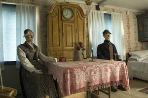 I hälsingehemmet sitter makarna uppklädda, i Arbrådräkter, och inväntar besökare.