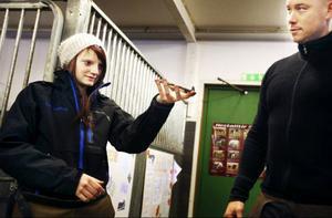 Skon måste vara helt rak innan den kan slås på hoven. Jessica Lundberg får av Jonas Olofsson lära sig hur man riktar en sko som är sned.