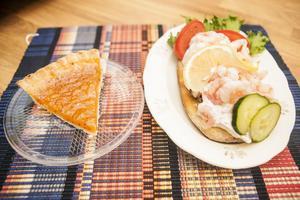 Hjortronpaj och räksmörgås
