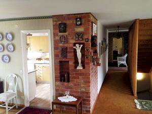 Väggen till vänster om den murade väggen har rivits och det gamla finrummet har blivit familjens matplats som också hänger ihop med vardagsrummet.