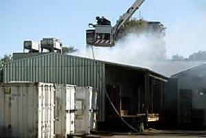 Foto: LASSE WIGERT Tog takvägen. Räddningstjänsten fick snabbt bukt med branden som skadade företaget Gävlefisks fryshus.