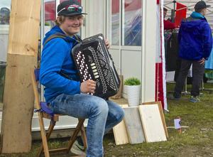 Sextonårige Måns Hellström från Hede underhöll på dragspel.