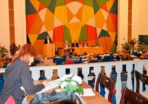Måndag 19.30. Kommunfullmäktige i Hallsberg, med Sydreporter på plats. Andreas Svahn (S) i talarstolen yrkar bifall på kommunens nya sponsringspolicy. Ibland blir det natt innan debatten är slut.